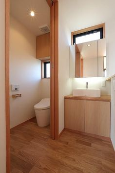 トイレ/バス事例:シンプルなトイレ空間(『集う家』木の温もりに包まれた現代和風の家) Bathroom Toilets, Small Bathroom, Minimalist Toilets, Muji Home, Japanese Home Design, Parents Room, Minimalist Home Interior, Bedroom Layouts, Home Furnishings