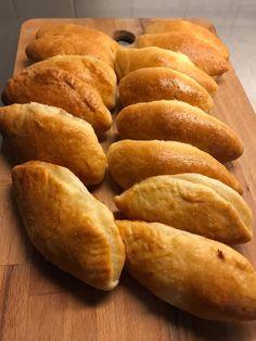 Αφράτες τυρόπιτες με φέτα και γιαούρτι για το σχολείο των παιδιών. Η ζύμη είναι σαν κουρού με μαγιά, εύκολη στην εκτέλεση. Breakfast Snacks, Biscotti, Cake Recipes, Bread, Savoury Pies, Cooking, Cakes, Pastries, Food
