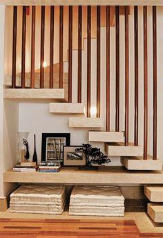 Rincón de escritorio bajo escaleras...