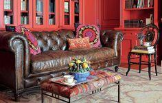 Típico de biblioteca inglesa, o clássico sofá Chesterfield voltou à moda e influenciou uma onda de capitonê que conquista a decoração. Neste escritório, a peça joga sobriedade em meio a estantes pintadas de vermelho. Projeto do arquiteto João Mansur