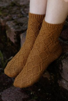 These socks feature a French heel and reverse stockinette. The cables are knitted through the back loop, making them more distinct. Knitting Kits, Knitting Socks, Knitted Hats, Knitting Patterns, Crochet Patterns, Lace Socks, Wool Socks, Fabric Shoes, Stockinette