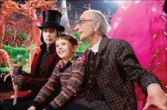 24 april 2013: Genot. Foto: Freddie Highmore als Charlie Bucket en David Kelly als Grandpa Joe genieten in  Charlie and the Chocolate Factory (2005) van chocolade en de sprookjesachtige chocoladefabriek van Johnny Depp als Willy Wonka