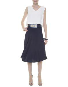 Top cropped básico branco, saia mídi azul, cinto fivela colorida acrílico GIG, sandália listrada preta e branca Vicenza, braceletes branco e preto LOOL.
