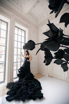 Черное свадебное платье с длинным пышным шлейфом