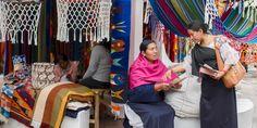 Una precursora predica el mensaje de la Biblia en el idioma quichua de Imbabura en Otavalo (Ecuador)