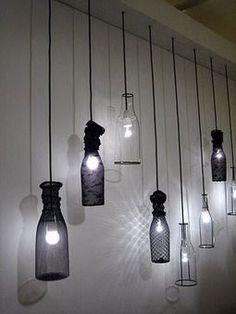 Un luminaire suspendu fait avec des bouteilles vides. À faire soi-même en recyclant de vieux objets