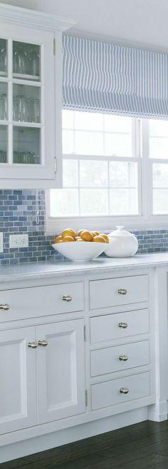 raffrollo küche senkrechte streifen in weiß und blau
