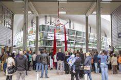 Tuchakrobatin in den designer outlets Wolfsburg