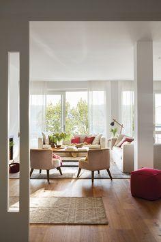00436926. Blanco salón con ventanales con vistas al exterior