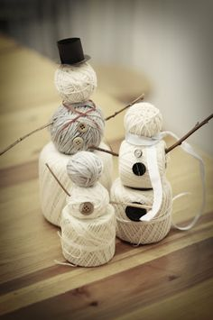 Yarn Snowman Family! Super cute and simple winter decor. #Crafts #Decor