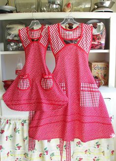 mother daughter aprons via stitchthrutime Retro Apron, Aprons Vintage, Sewing Aprons, Sewing Clothes, Cool Aprons, Christmas Aprons, Bib Apron, Apron Dress, Stylish Eve