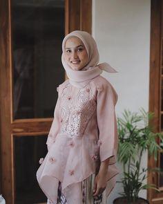 473.5k Followers, 1,832 Following, 2,765 Posts - See Instagram photos and videos from Dwi Handayani Syah Putri (@dwihandaanda) Dress Brokat, Blouse Models, Kebaya, Formal Wear, Hijab Fashion, Lace Detail, Niqab, How To Wear, Outfits