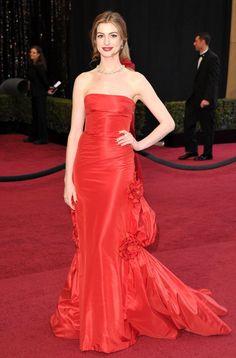 Pin for Later: Die 85 unvergesslichsten Kleider der Oscars – von 1939 bis 2015 Anne Hathaway bei den Oscars 2011 in Valentino