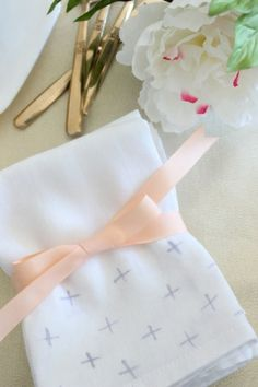 DIY Dye Painted Napkins / Hostess Gift Ideas by Fabric Paper Glue for Oh So Beautiful Paper: http://ohsobeautifulpaper.com/2014/03/diy-tutorial-dye-painted-napkins/  Photo Credit: Mandy Pellegrin  #diy #entertaining