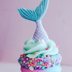 The brilliant ladies at The Cake Mamas in Glendora California made the cutest featured cupcake this month...The adorable Mermaid Cupcake!! Seriously, it's so cute who cares what it tastes like?! Just kidding, it tastes AMAZING too!!V... Fish Cupcakes, Cupcakes For Girls, Summer Themed Cupcakes, Cool Cupcakes, Flamingo Cupcakes, Dolphin Cupcakes, Sparkle Cupcakes, Colored Cupcakes, Brain Cupcakes