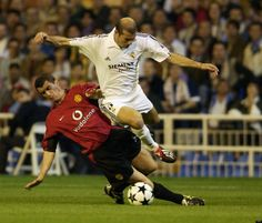 Zidane fights for the ball with Manchester United's Roy Keane during a Champions League ti. Manchester United Images, Manchester United Legends, Manchester United Football, Real Madrid Academy, Man Utd Squad, Zinedine Zidane Real Madrid, Real Madrid Football Club, Roy Keane, Man Utd News