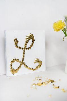 Kreative DIY-Idee zum Selbermachen: DIY Buchstaben-Bild mit Reißzwecken