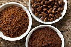 How To Grind Coffee Beans Without A Grinder wie man Kaffeebohnen ohne Mühle mahlt Types Of Coffee Beans, Ground Coffee Beans, Uses For Coffee Grounds, Coffee Tasting, Fresh Coffee, Coffee Type, Instant Coffee, C'est Bon, Dog Food Recipes