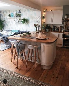 Home Interior White open plan kitchen inspiration.Home Interior White open plan kitchen inspiration Small Open Plan Kitchens, Open Plan Kitchen Living Room, Kitchen Family Rooms, New Kitchen, Small Kitchen Diner, Small Kitchen With Table, Kitchen Island, Round Kitchen, Kitchen Worktop