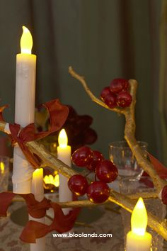 Un décor de table baroque : Bougies LED, branches dorées et quelques fruits rouges. Table Baroque, Decoration Table, Branches, Candles, Lighting, Red Berries, Christmas Tabletop, Noel, Candy