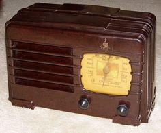 Emerson Bakelite Table Radio, 5 Vacuum Tubes, Model BJ-200, Circa 1938.