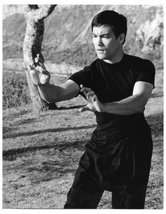 Bruce Lee - In the theater of Hollywood and films Bruce Lee would often display these classical action-pack forms of traditional Kung Fu patterns because it was beautiful in its display and motion for theatrical effects purposes only and was not meant to be taken seriously, for Jeet Kune Do. Wing Chun, Bruce Lee Kung Fu, Way Of The Dragon, Martial Arts Movies, Kung Fu Martial Arts, Brandon Lee, Karate, Bruce Lee Training, Bruce Lee Family