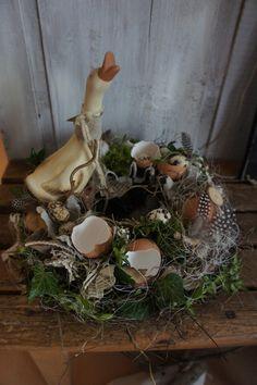 Ein zauberhaft schöner Tischkranz, der gerne österliche Vorfreude versprüht.... Auf einem mit Heu und Reben umbundenen Strohkranz sitzt eine Keramikgans, Eier und allerlei Lieblichkeiten.... In...