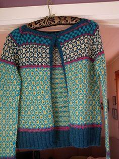Wiolakofta pattern by Kristin Wiola Ødegård Fair Isle Knitting Patterns, Fair Isle Pattern, Knitting Designs, Norwegian Knitting, Ravelry, Fashion Sewing, Pulls, Lana, Hand Knitting