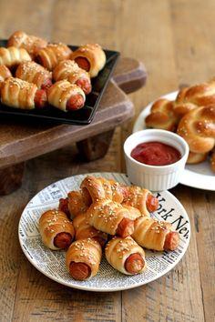 fingerfood-party-idee-warm-wuerstchen-teigmantel
