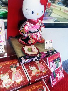 ハローキティは大好きな八つ橋を買いに京都を訪れ おたべの看板娘、おたべちゃんに出会いました。 お互いに髪飾りを交換して、仲良くなりました。
