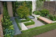 kleiner innenhof gestaltungselemente buchsbaumhecke grenzen holz sitzbank
