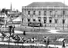 Praça Carlos Gomes com Pedro Ivo. Os primeiros bondes elétricos circulando, em 1914.