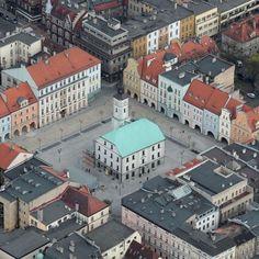Celem przebudowy płyty Rynku w Gliwicach było podniesienie jego walorów estetycznych i funkcjonalnych, a także stworzenie popularnego miejsca spotkań dla mieszkańców. Przebudowa została przeprowadzona zgodnie z projektem lokalnej pracowni Venit i oddana do użytku w kwietniu 2011 roku. http://www.sztuka-krajobrazu.pl/433/slajdy/przestrzen-publiczna-ndash-rynek-w-gliwicach
