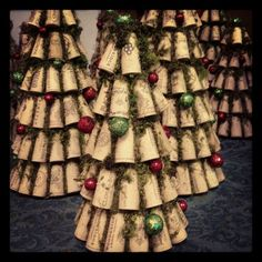 Craft Christmas Part Wine cork Christmas Trees. Great decoration for restaurant/bar or home decoration for the holidays. Wine Craft, Wine Cork Crafts, Wine Bottle Crafts, Wine Bottles, Crafts With Corks, Bottle Candles, Wine Cork Ornaments, Christmas Ornaments, Wine Cork Wreath