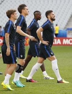 France's Olivier Giroud (R), Paul Pogba, Laurent Koscielny and Antoine Griezmann during training