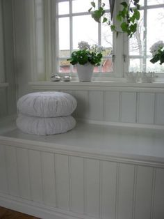 platsbyggd kökssoffa White Cottage, Cottage Style, Screened In Porch, Front Porch, Scandinavian Cottage, Plank Walls, My Dream Home, Diy Furniture, Kitchen Remodel