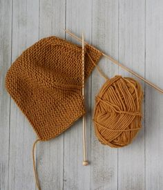The Basic Bonnet is knitted back and forth from the forehead towards the back. After this, attached I-cord is knitted along the bottom edge of the bonnet. Baby Knitting Patterns, Baby Patterns, Stitch Patterns, Baby Bonnet Pattern Free, Pattern Baby, Motifs Beanie, Knit Beanie Pattern, Tricot Simple, I Cord