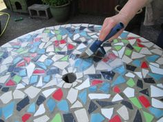 How to create mosaic designs for a table top from ceramic tiles. How to make a mosaic table top with ceramic tiles for outdoors in your garden. The best mosaic techniques for beginners. How to grout a mosaic. Tile Crafts, Mosaic Crafts, Mosaic Projects, Diy Projects, Diy Table Top, Table Top Design, A Table, Table Designs, Dining Table