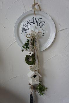 Eine zauberhaft schöne Wand oder Türdeko.... Ein alter Emailledeckel....liebevoll beschriftet....mit allerlei Lieblichkeiten versehen.... hat mir ein Lächeln gezaubert....  Durchmesser:...