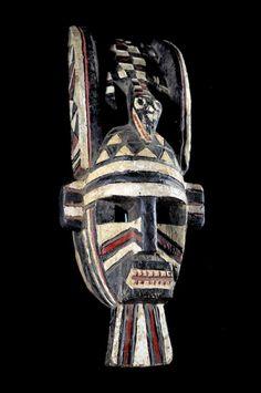 Ce+masque+facial+des Marka+Dafing représente+un+visage+aux+traits+fortement+géométrisés+surmonté+dun+crocodile,+tête+reposant+sur+le+front+du+masque,+entre+deux+appendices+recourbés,+faisant+jouer+la+lumière+entre+les+pleins+et+les+vides. Une+riche+polychromie+et+un+costume+particulier+devaient+donner+toute+son+ampleur+à+ce+masque.+Chaque+famille+possède+ses+propres+masques+daprès+C.+Roy.