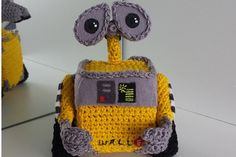 Wall-e - free crochet pattern by  Mia's Atelier. There are 66 photo's in this post! showing each step and every angle.
