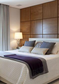 Decoração de: quarto de casal; painel de madeira; Casa de Valentina