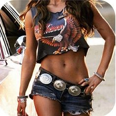 Vintage crop tee & that belt! But most of all-those abs!!<3 Jessica Simpson!