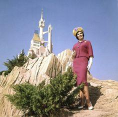 Image from http://2.bp.blogspot.com/-xKqqXneRi8Q/Tk2A_9_cURI/AAAAAAAAXxQ/ZTd7OmtEKyo/s1600/storybook_fashion_disney_world_vintage3.jpg.