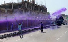 Impiegati statali a Srinagar, in India, protestano per ottenere migliori condizioni di lavoro. (Rouf Bhat, Afp)