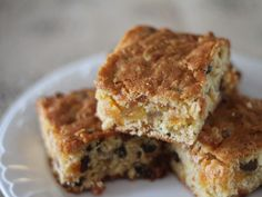 This apricot and muesli slice is moist and easy to make. Deliciously sweetened by the dried apricots and sultanas, it makes a great addition to any lunch box. Easy Lunch Boxes, Lunch Box Recipes, Snack Recipes, Lunchbox Ideas, Muesli Slice, Muesli Bars, Chocolate Slice, Chocolate Chip Cookies, Yummy Eats