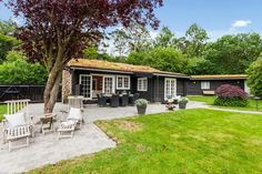 Cottage con el exterior de troncos negros
