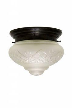 Brocante plafonniere. Strakke gebruineerd koperen armatuur: getrapt. Prachtig geslepen glazen kap met toefje. De plafondlamp dateert uit ongeveer 1930.