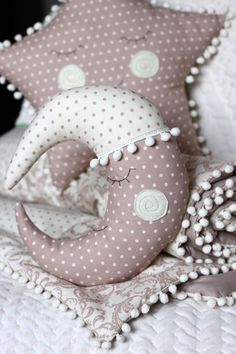 Easy Crafts For Everyone Handgemachtes Baby, Baby Crib Sets, Baby Cribs, Baby Room Diy, Baby Room Decor, Baby Pillows, Kids Pillows, Diy And Crafts, Crafts For Kids