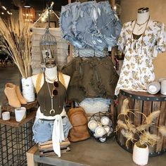Festival style right this way ---> Boutique Store Displays, Clothing Store Displays, Boutique Decor, Boho Boutique, Boutique Interior, Mobile Boutique, Boutique Clothing, Fashion Boutique, Boutique Window Displays